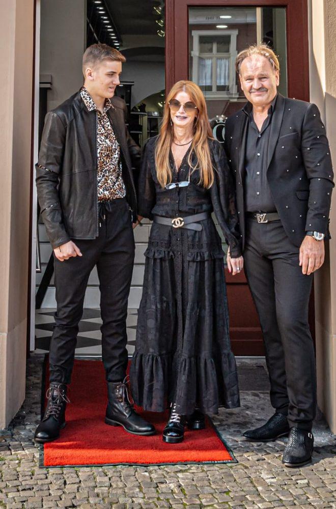 Inhaber Riedel und Model vor exklusivem luxus Modegeschäft Potsdam